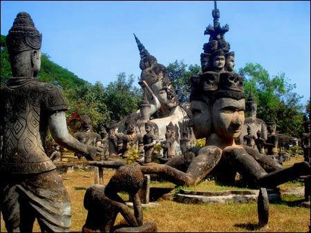 55401187-1314096985-cong-vien-tuong-phat-Xieng-Khuan-o-Lao-7